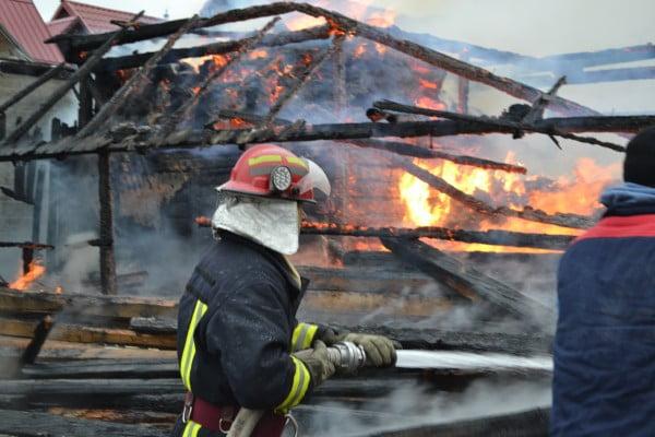 Bucătăria de vară cuprinsa de flăcări in orașul Săveni
