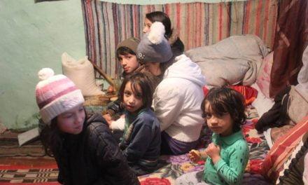 O familie cu nouă copii, din Suceava, trăiește într-o singură cameră: 'Nu dau niciun copil la stat'