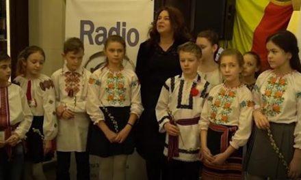 Venirea primăverii SĂRBĂTORITĂ şi de românii de la Cernţăuţi. Oaspeţii oraşului şi oamenii din stradă au primit mărţişoare ÎN DAR