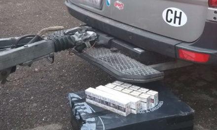 Ţigări de contrabandă ascunse în spaţiul destinat roţii de rezervă a unui microbuz, confiscate la frontieră
