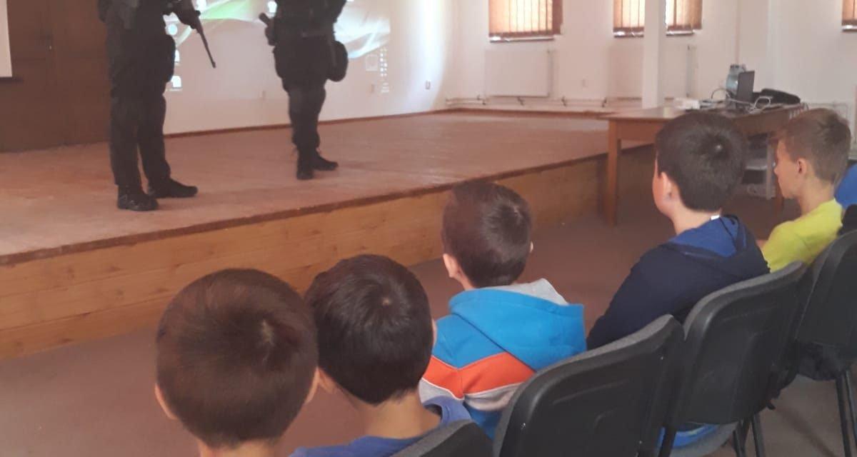 Poliţiştii botoşăneni  în mijlocul copiilor din comuna Hlipiceni