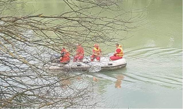 Pescar căutat de pompierii dorohoieni după ce acesta a căzut în Prut