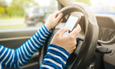 De astăzi, şoferii rămân fără permis dacă folosesc telefonul când conduc