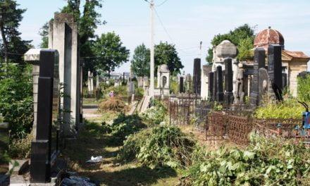 Reportaj, în exclusivitate. Cimitirul românesc din Cernăuţi riscă să dispară (VIDEO)