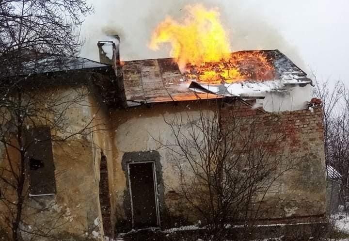 Sediu Poștei vechi din localitatea Hudești a fost distrus de flacari