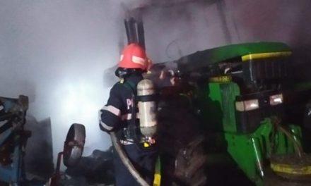 Incendiu la două tractoare și risc de aprindere și la un al treilea. Pompierii au stins flăcările