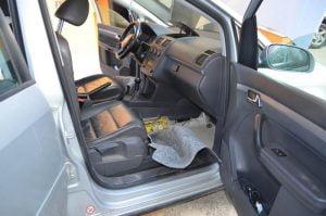 Ţigarete  gasite într-un automobil confiscate de poliție