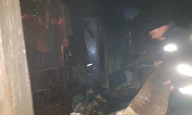 Incendiu la Strahotin. O femeie cu patru copii a rămas fără casă FOTO
