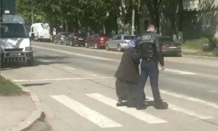 Un polițist botoșănean a coborât din mașină și a ajutat o bătrână să treacă strada VIDEO