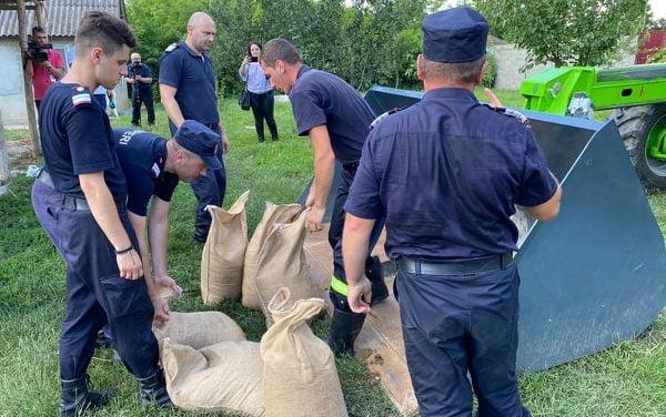 Peste 100 de pompieri  și voluntari in ajutorul persoanelor afectate de inundații Foto & Video
