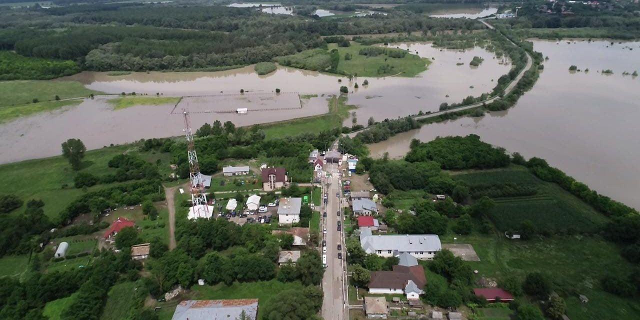 Râul Prut a inundat drumul  național 29 A LA RADĂUTI