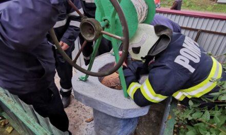 Pompieri au salvat o batrană dintr-o fântână adâncă de opt metri