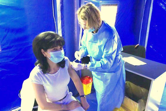 Președintele consiliului județean Doina Federovici s-a vaccinat astăzi la corturile din fața Muzeului de istorie