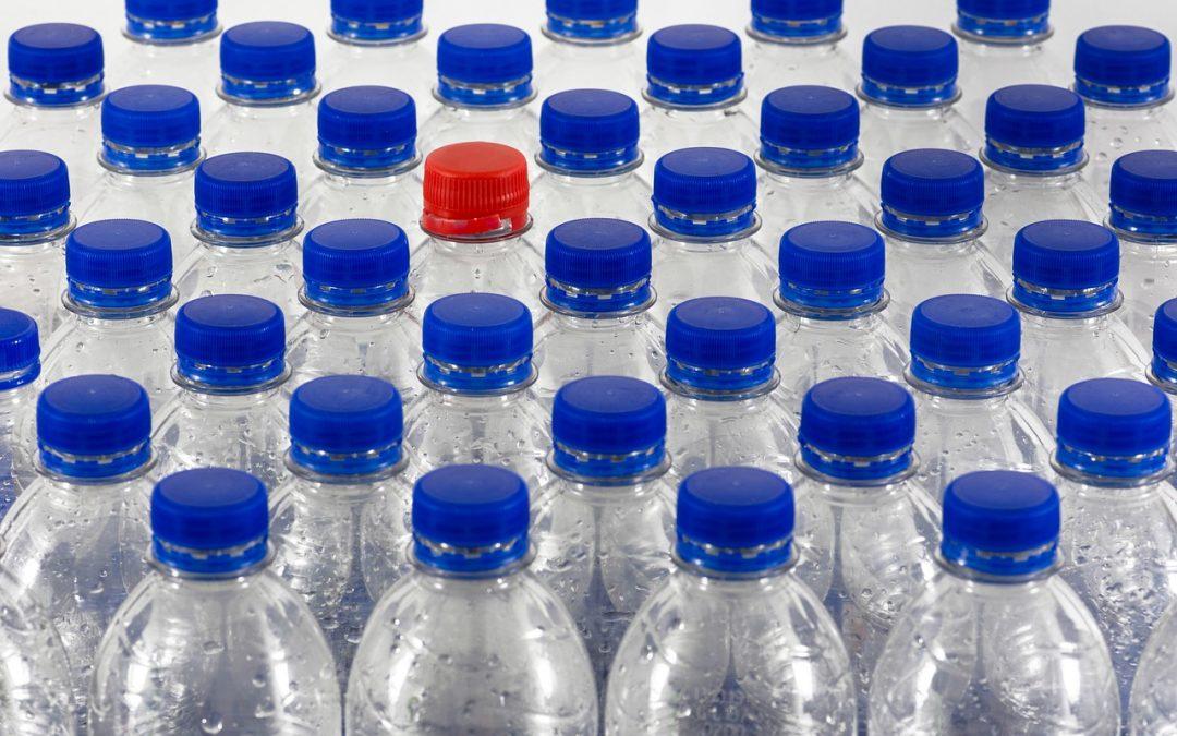 Cine adună 10 sticle de plastic va putea câștiga 5 lei